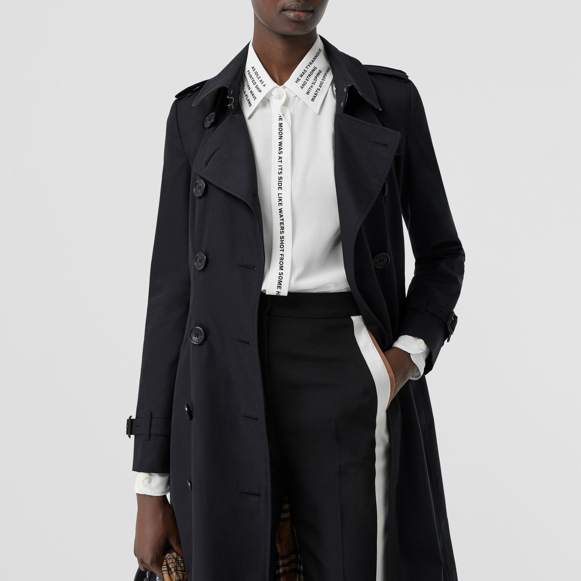 Trench coat Heritage The Chelsea medio (Blu Notte) - Donna | Burberry - immagine della galleria 10