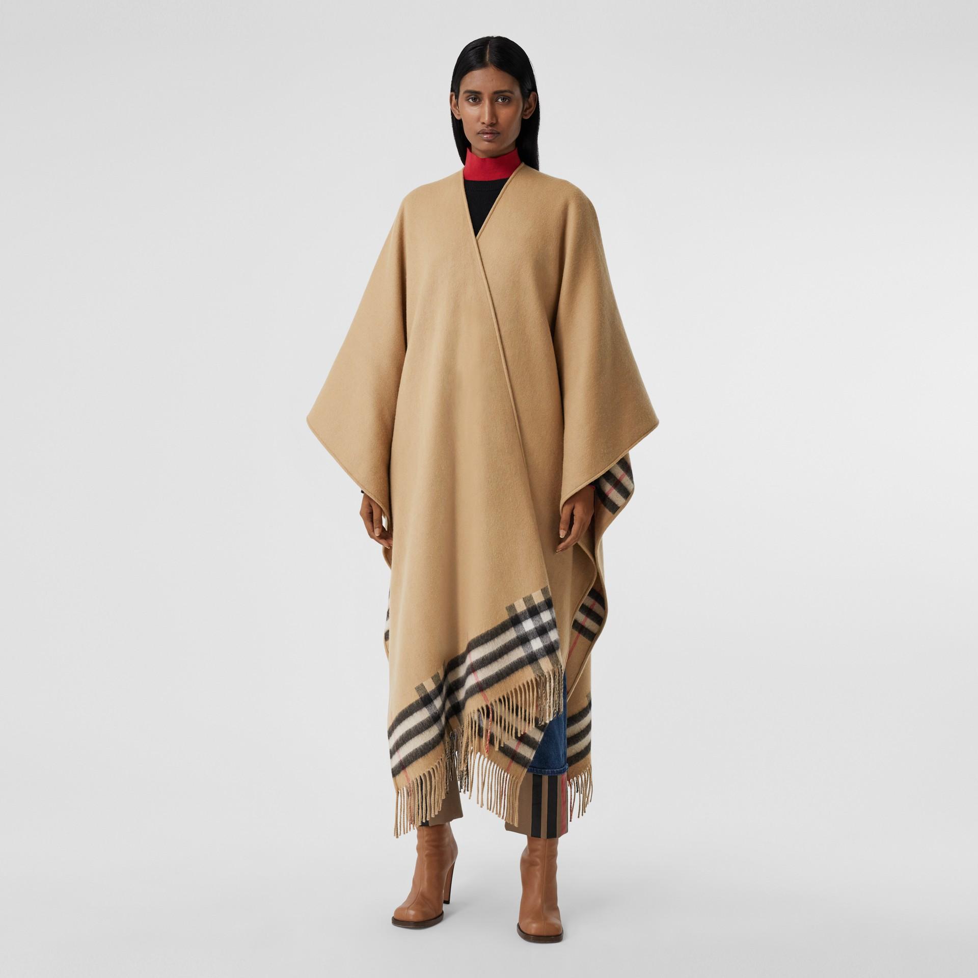 Cape en laine mérinos et cachemire à doublure check (Beige D'archive) - Femme | Burberry - photo de la galerie 5