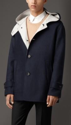 扣袢袖口和喉部锁扣,完美诠释传统大衣的风格 100%羊绒 纽扣:水牛角