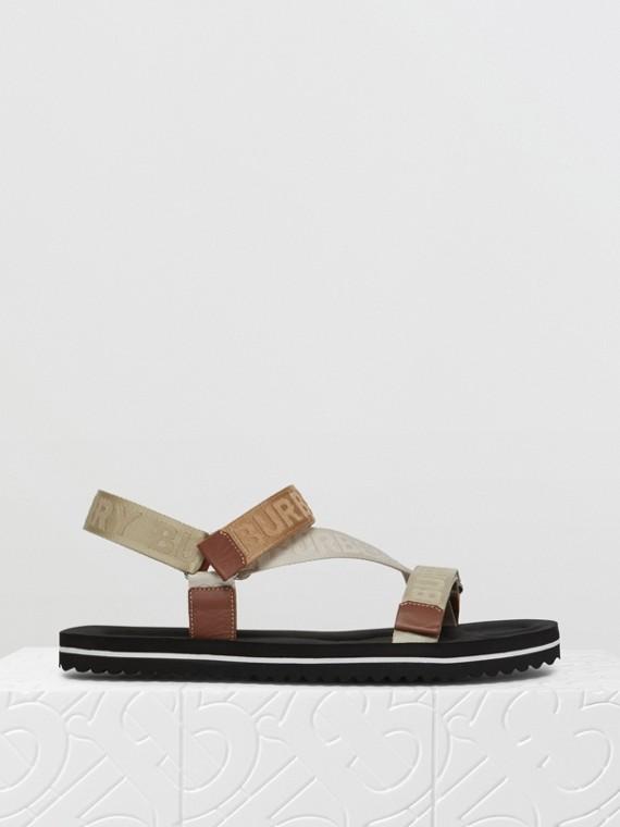 Sandálias com logotipo em jacquard (Bege Clássico)