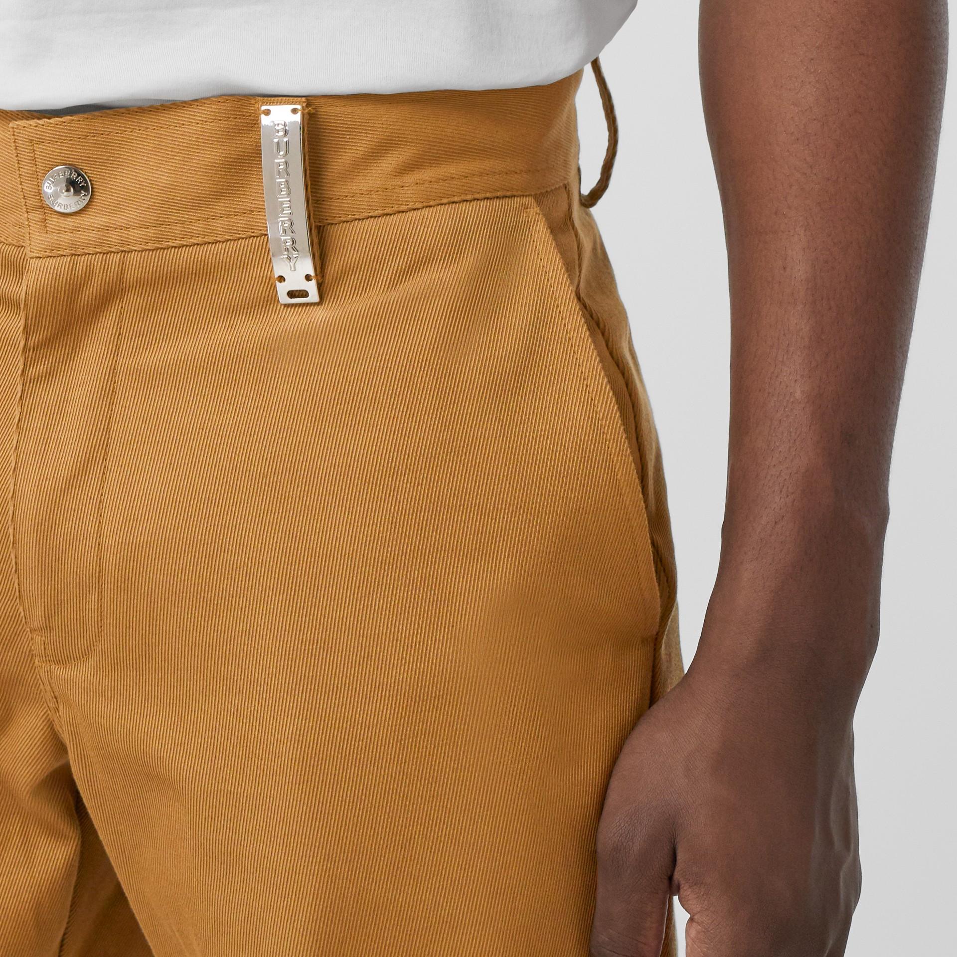Pantalones chinos rectos en algodón con detalle de logotipo (Cámel) - Hombre | Burberry - imagen de la galería 1