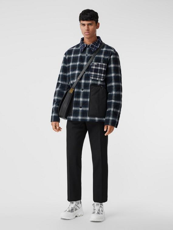 Hemdjacke aus Wolle und Baumwolle im Karodesign mit kontrastierenden Taschen (Schwarz)