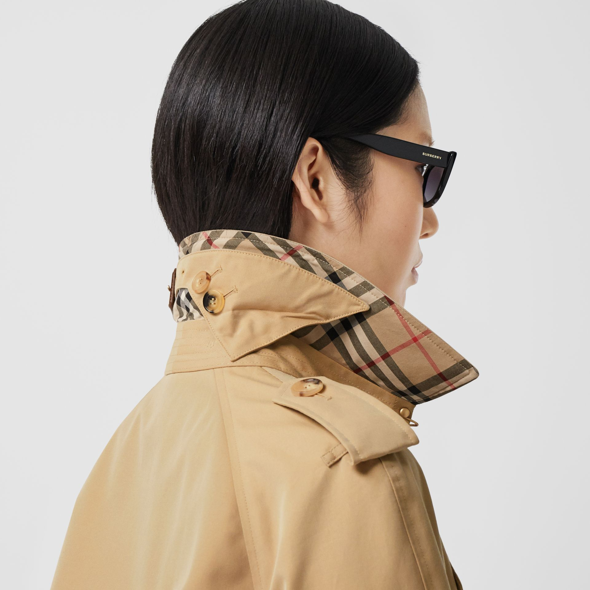 The Long Waterloo Heritage Trench Coat in Honey - Women | Burberry Singapore - gallery image 4