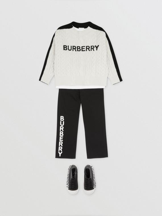 Pullover aus einer Wollmischung mit Zopfstrickmuster und aufgesticktem Logo (Weiß/schwarz)