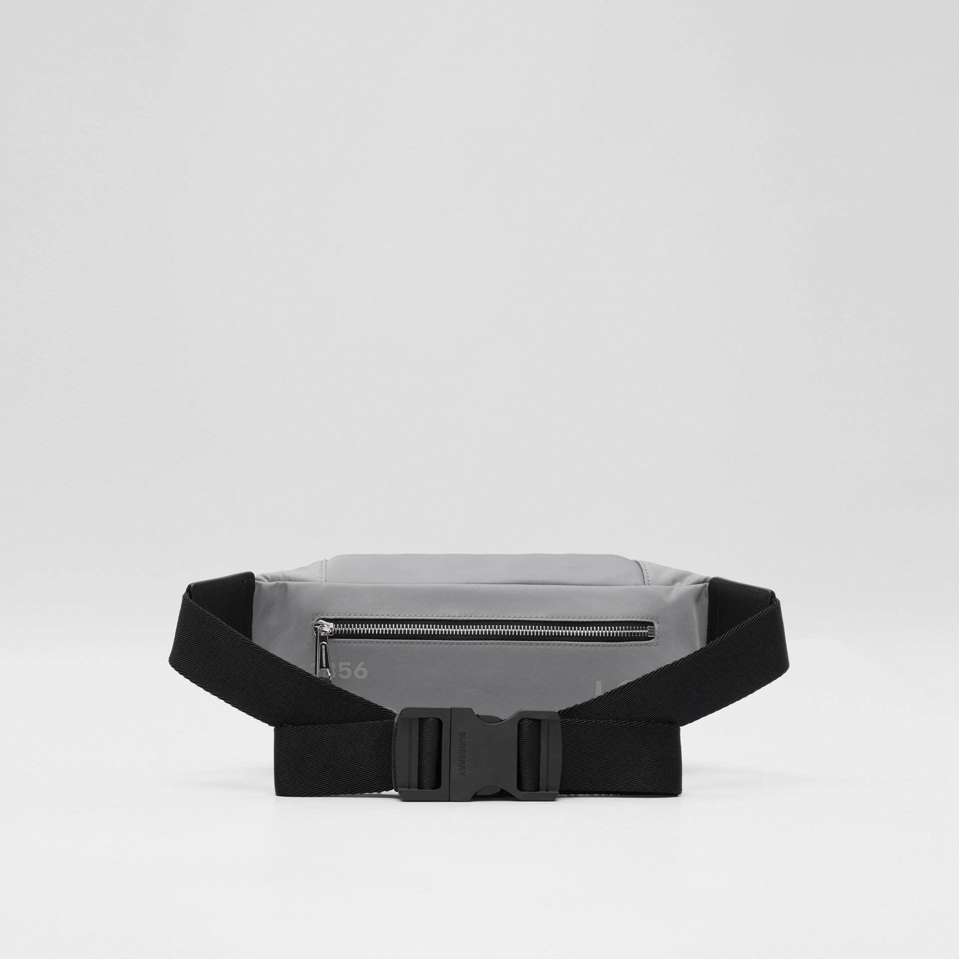 ホースフェリープリント ECONYL® ソニーバムバッグ - メンズ | バーバリー - ギャラリーイメージ 5