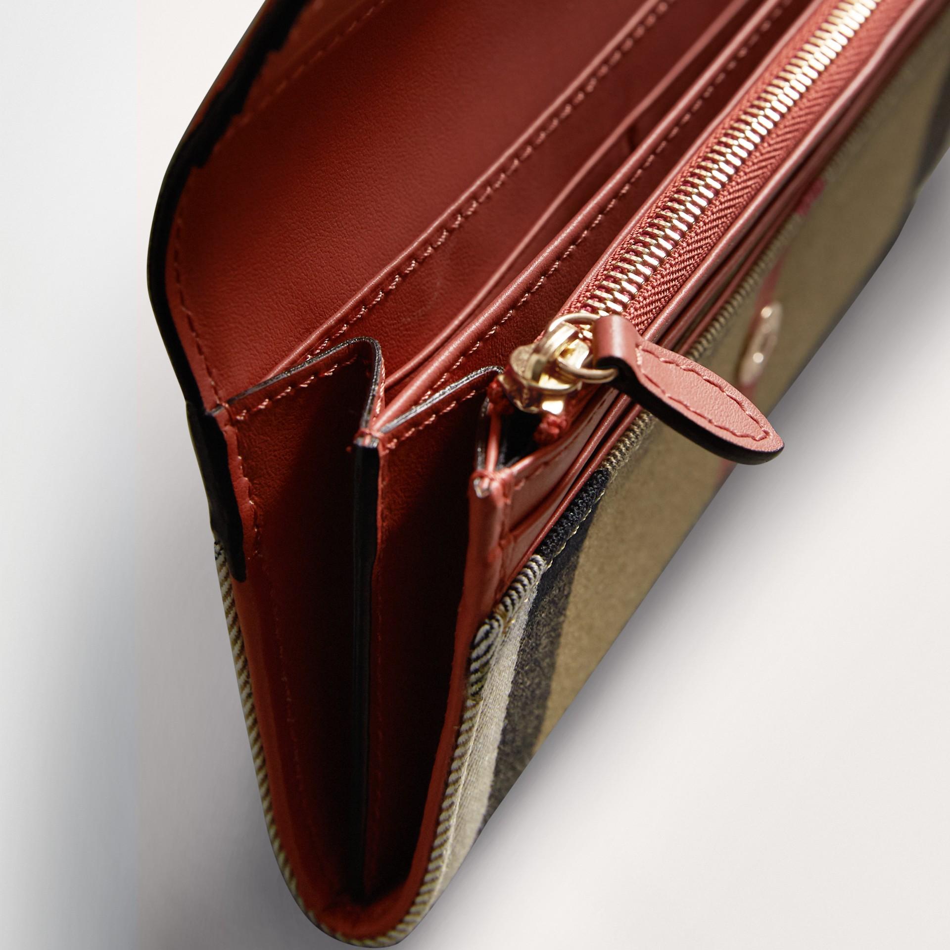 Carteira continental de couro com recorte House Check (Vermelho Canela) - Mulheres | Burberry - galeria de imagens 4