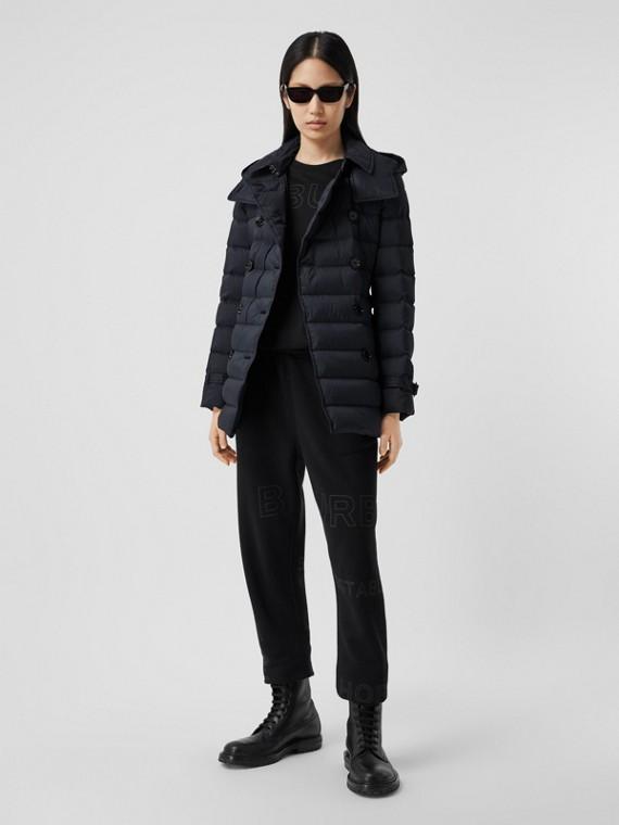 Wattierter Mantel mit abnehmbarer Kapuze und Logo-Applikation (Mitternachtsblau)