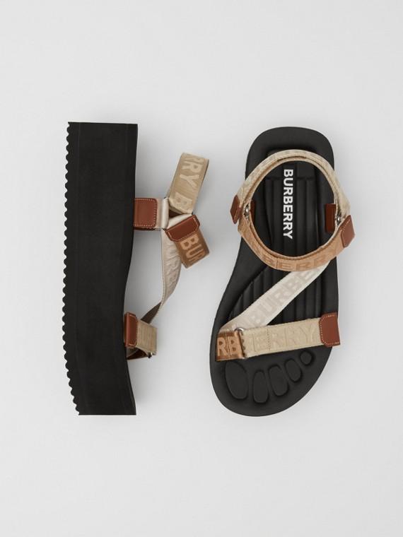Sandalen mit Jacquard-gewebten Logoschriftzügen (Vintage-beige)