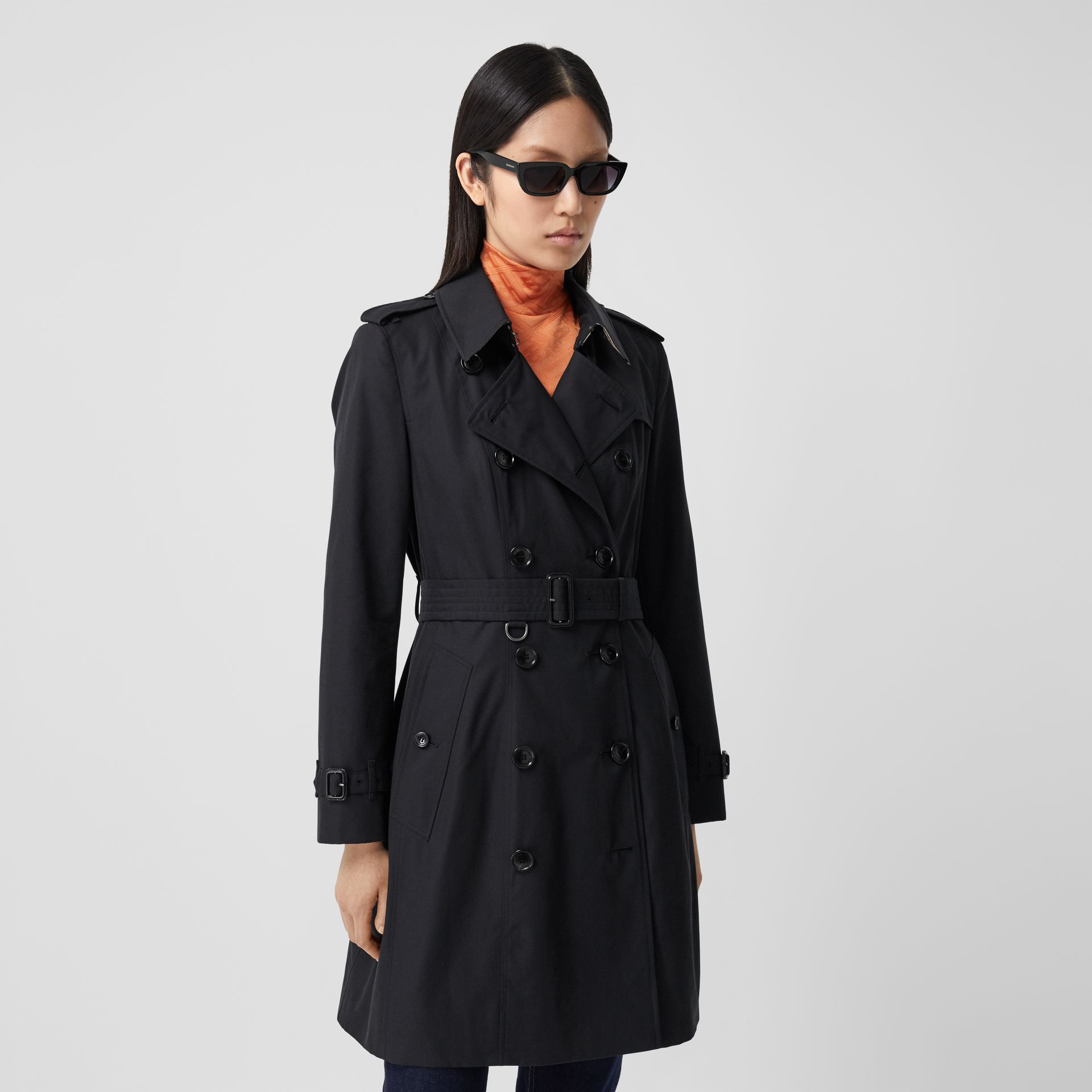 The Mid-length Chelsea Heritage Trench Coat in Midnight - Women | Burberry - gallery image 7