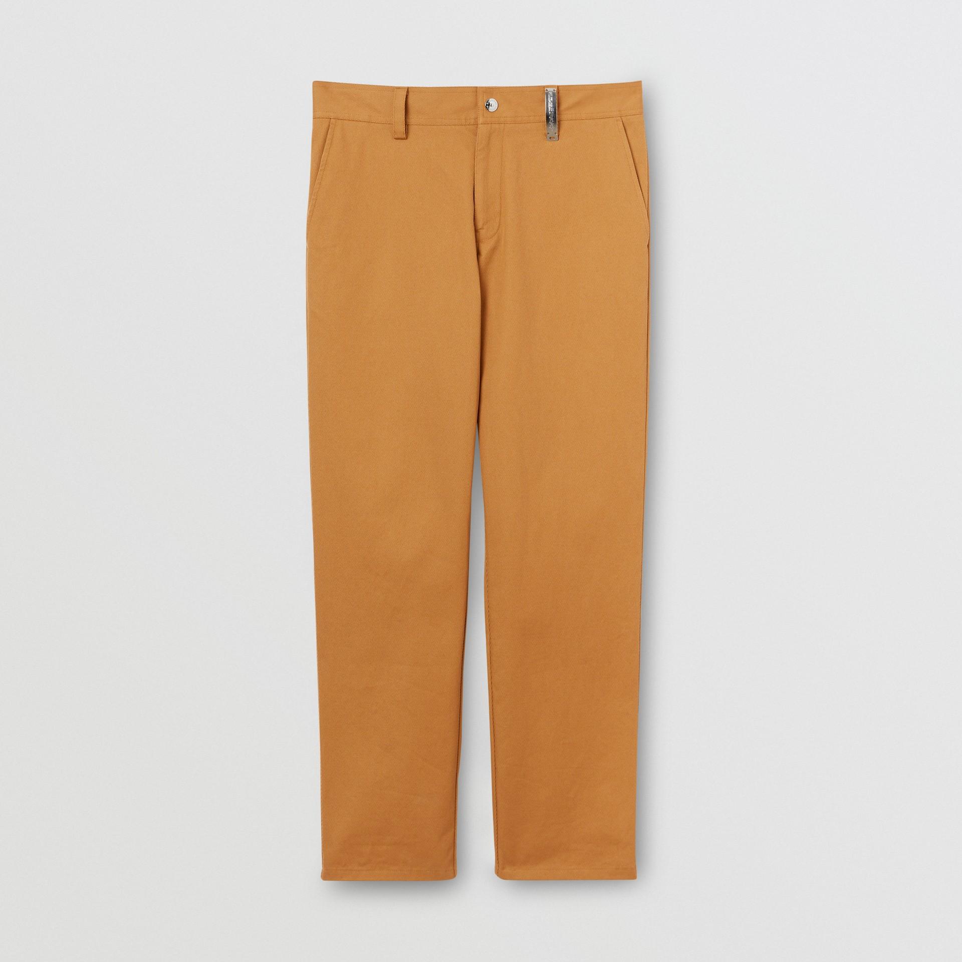 Pantalones chinos rectos en algodón con detalle de logotipo (Cámel) - Hombre | Burberry - imagen de la galería 3