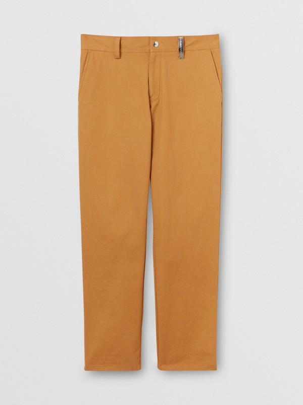 Pantalones chinos rectos en algodón con detalle de logotipo (Cámel) - Hombre | Burberry - cell image 3