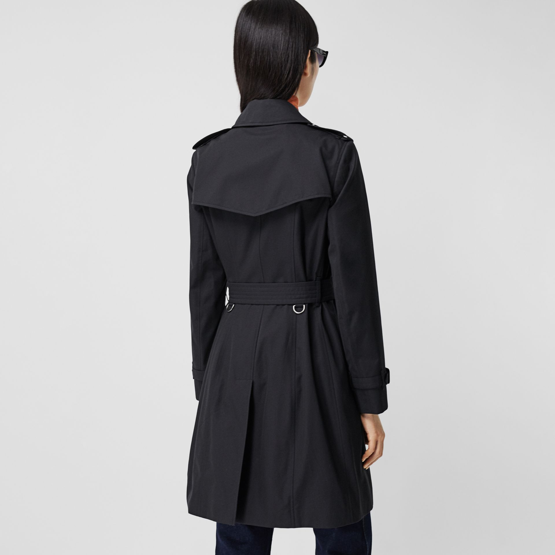 Trench coat Heritage The Chelsea medio (Blu Notte) - Donna | Burberry - immagine della galleria 2