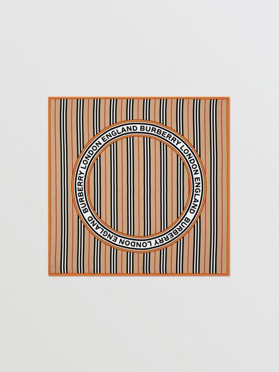 Lenço de seda com logotipo gráfico e listras icônicas (Bege Clássico)