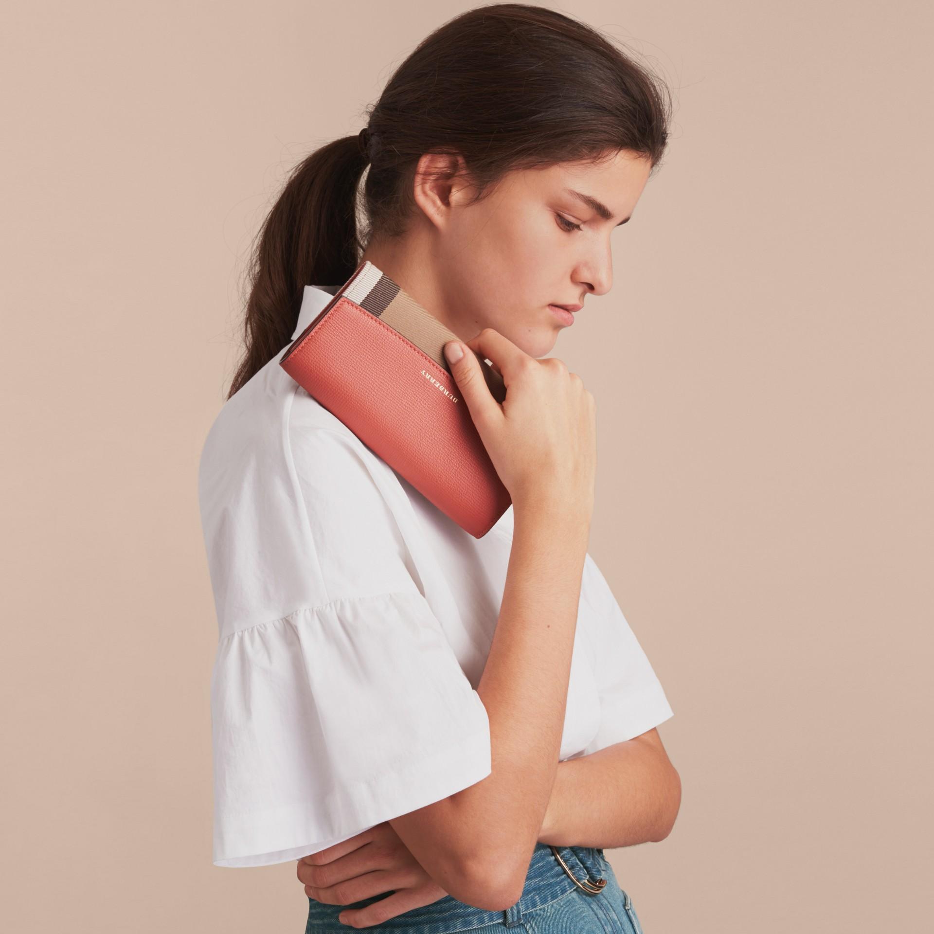 Carteira continental de couro com recorte House Check (Vermelho Canela) - Mulheres | Burberry - galeria de imagens 2