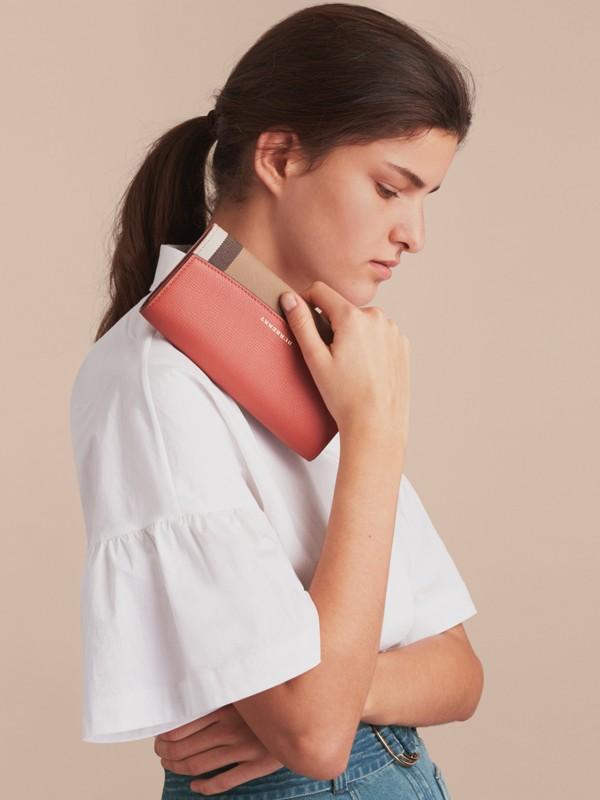 Carteira continental de couro com recorte House Check (Vermelho Canela) - Mulheres | Burberry - cell image 2