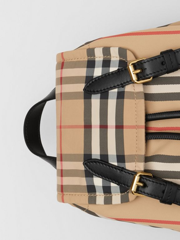 Zaino The Rucksack piccolo con iconico motivo a righe in ECONYL® (Beige Archivio) - Donna | Burberry - cell image 1