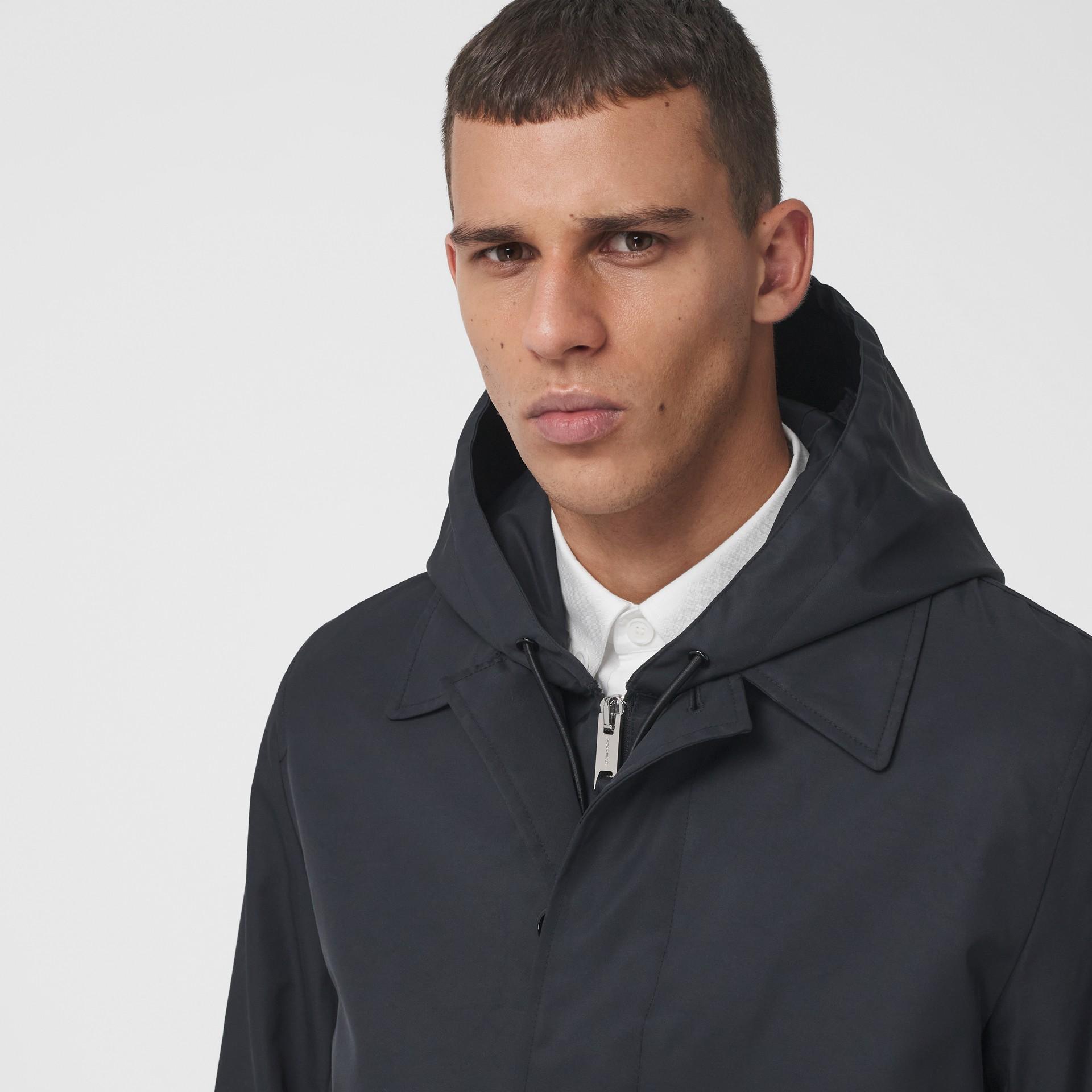Abrigo tres cuartos en nailon con estampado de logotipo (Negro) - Hombre | Burberry - imagen de la galería 1
