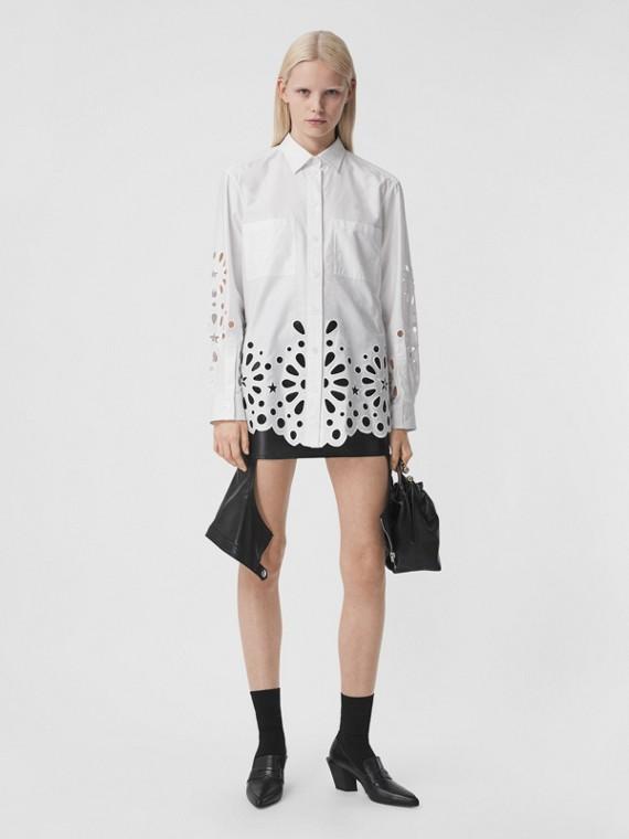 Camisa de algodão com detalhe de bordado inglês (Branco)