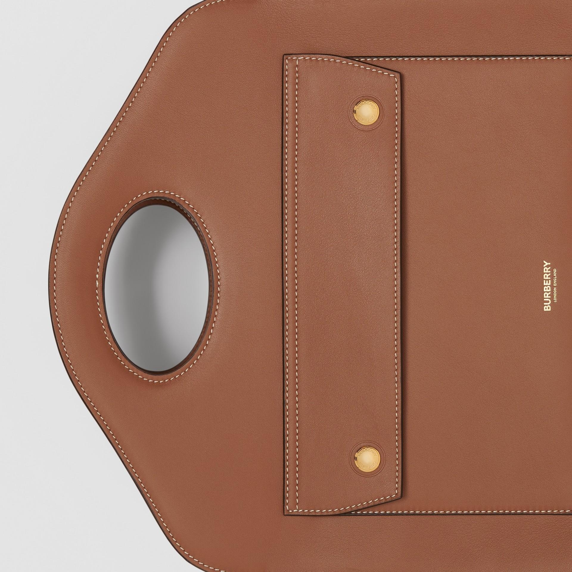 Petit cabas Pocket en cuir surpiqué (Brun Malt) - Femme | Burberry - photo de la galerie 1