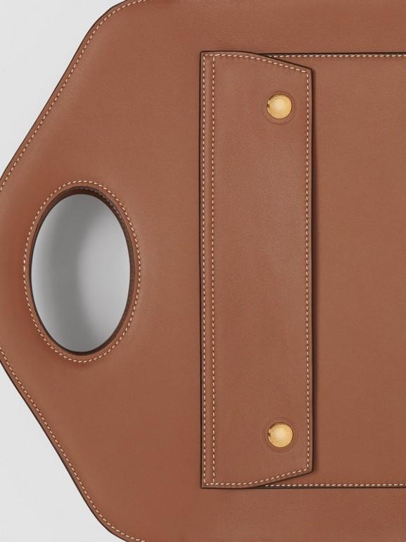 Petit cabas Pocket en cuir surpiqué (Brun Malt) - Femme | Burberry - cell image 1