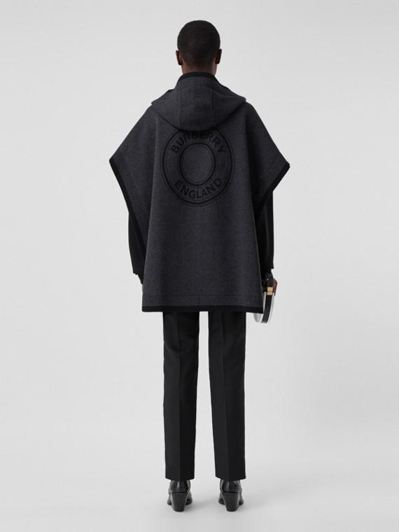 Mantella con cappuccio in lana e cashmere con grafica e logo in jacquard (Nero Fumo)