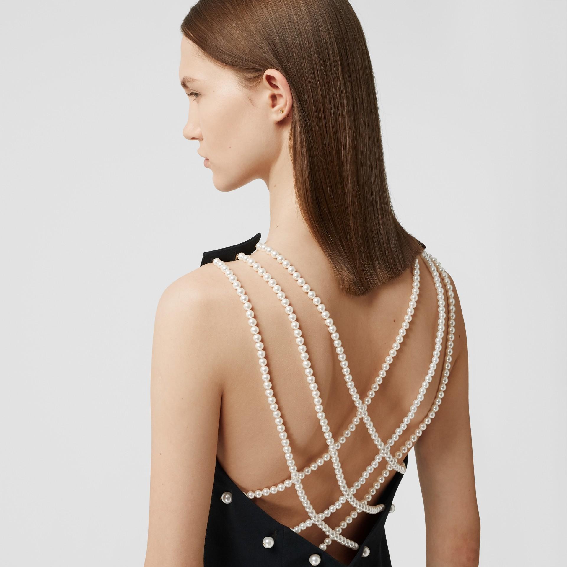 Robe droite en crêpe de satin avec perles de verre (Noir) - Femme | Burberry Canada - photo de la galerie 4