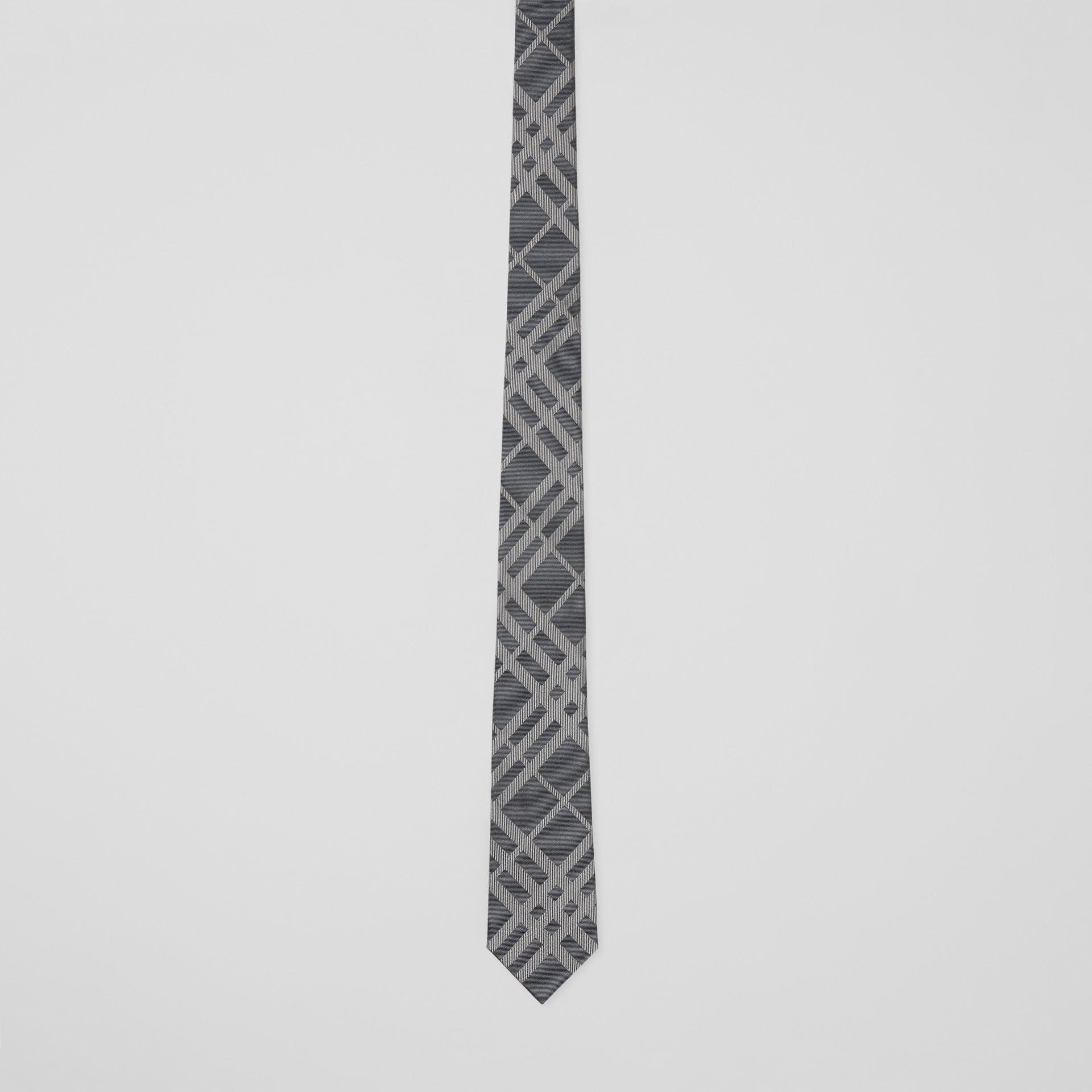 Corbata de pala clásica en seda con motivo a cuadros en jacquard (Gris Medio) - Hombre | Burberry - imagen de la galería 3