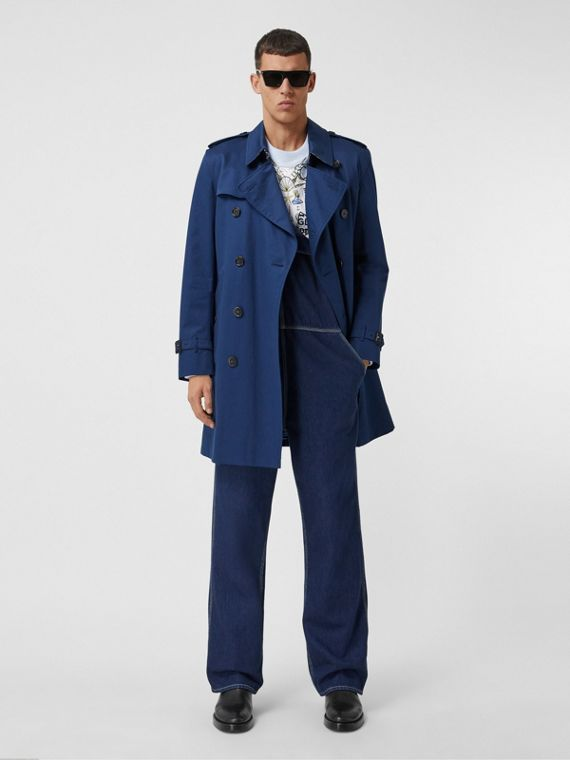 Mittellanger Trenchcoat in Kensington-Passform (Tintenblau)