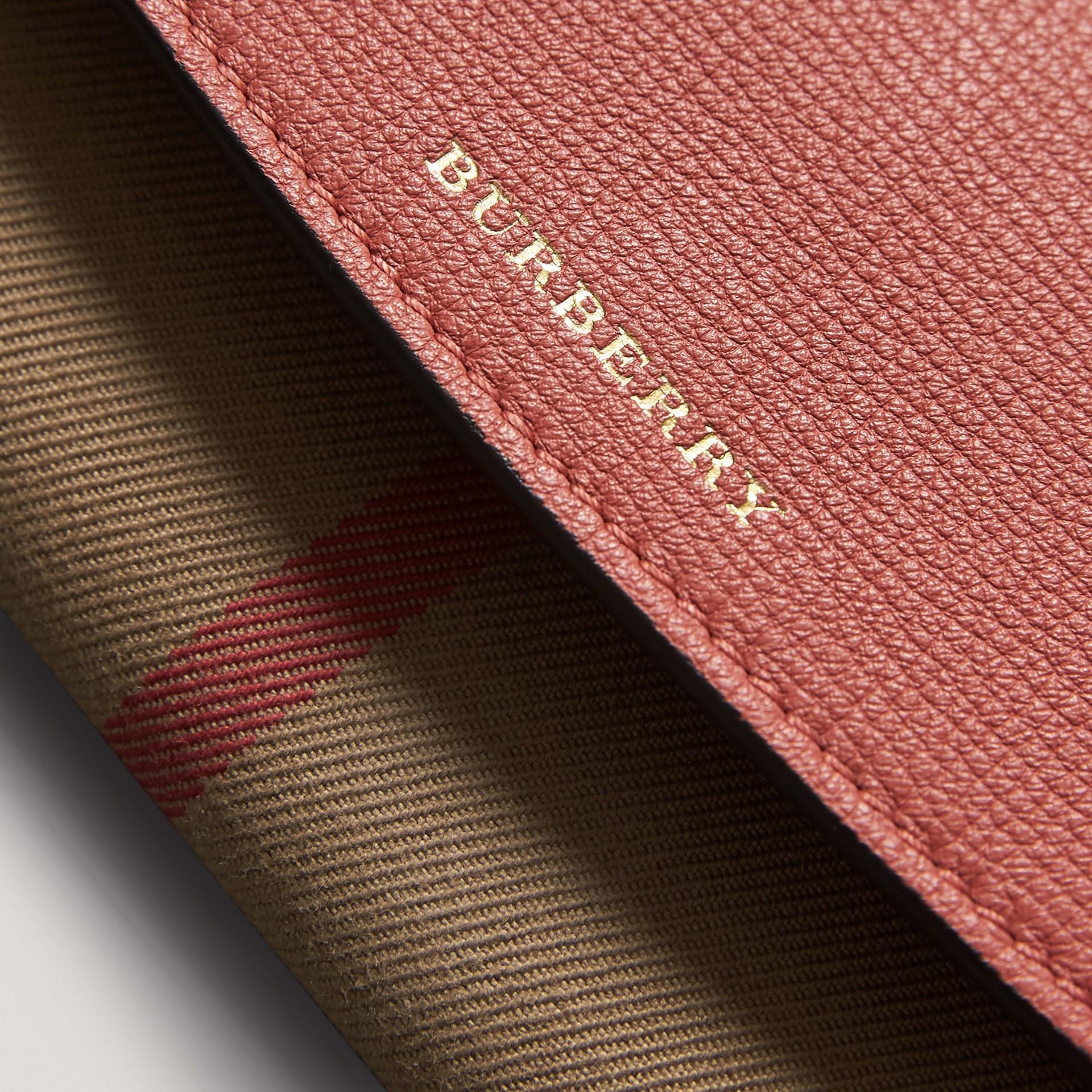 Carteira continental de couro com recorte House Check (Vermelho Canela) - Mulheres | Burberry - galeria de imagens 1
