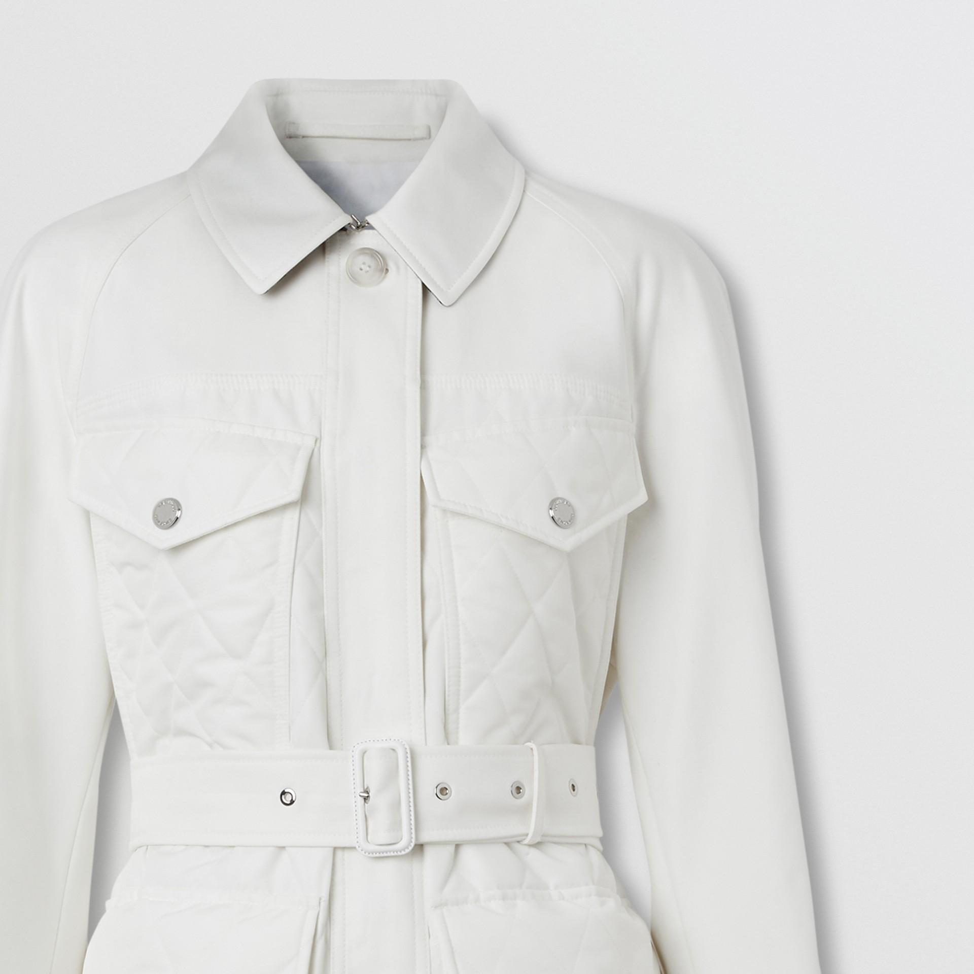 Car coat de gabardine de algodão com recorte em matelassê (Branco Natural) - Mulheres | Burberry - galeria de imagens 7