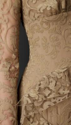 刺绣蕾丝衩口领连衣裙