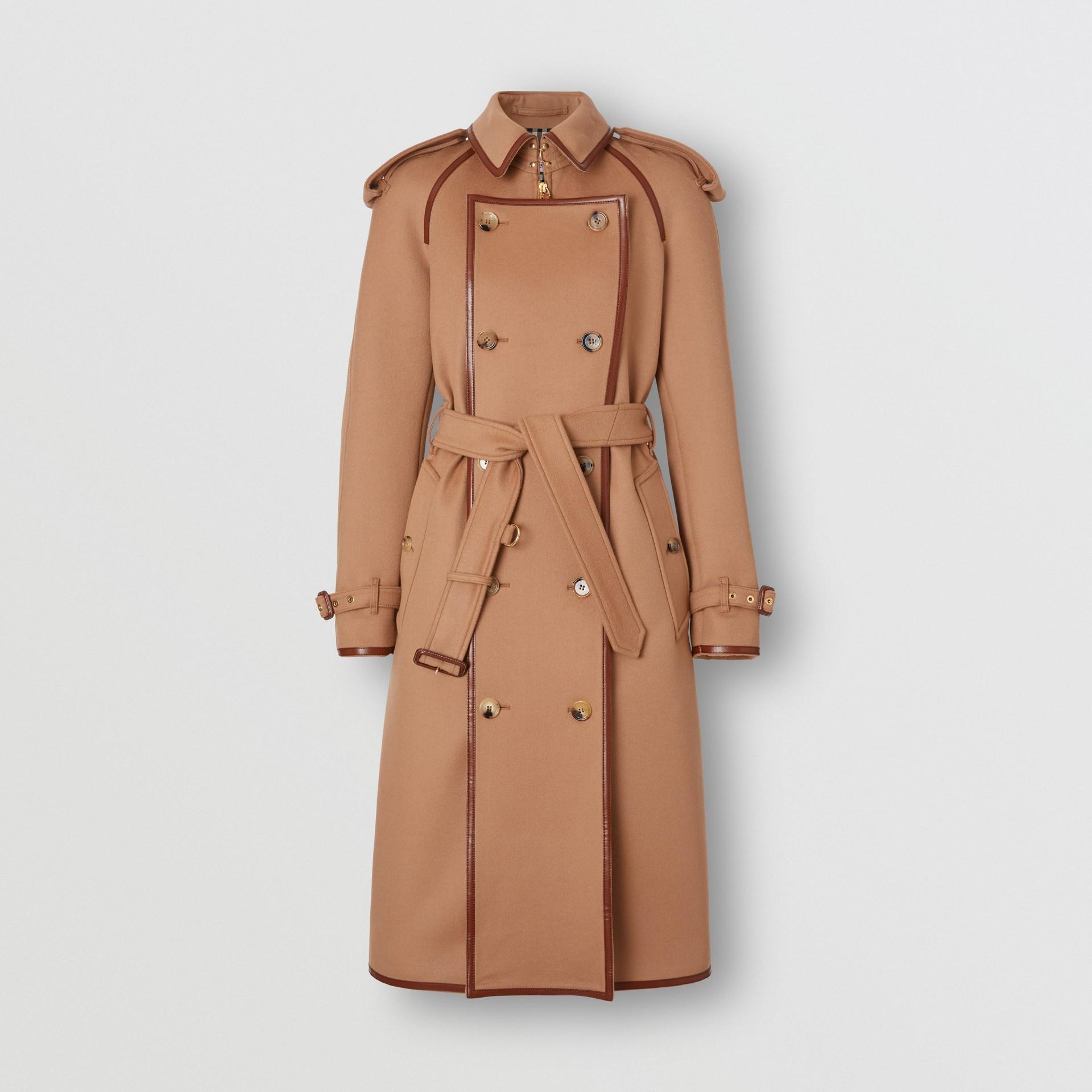 Trench coat em lã e cashmere com detalhe de recorte com botões (Camel) - Mulheres | Burberry - galeria de imagens 3