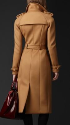 肩饰,腰部和袖口束带,彰显传统外套的设计风格 88%羊绒,12%聚酯纤维