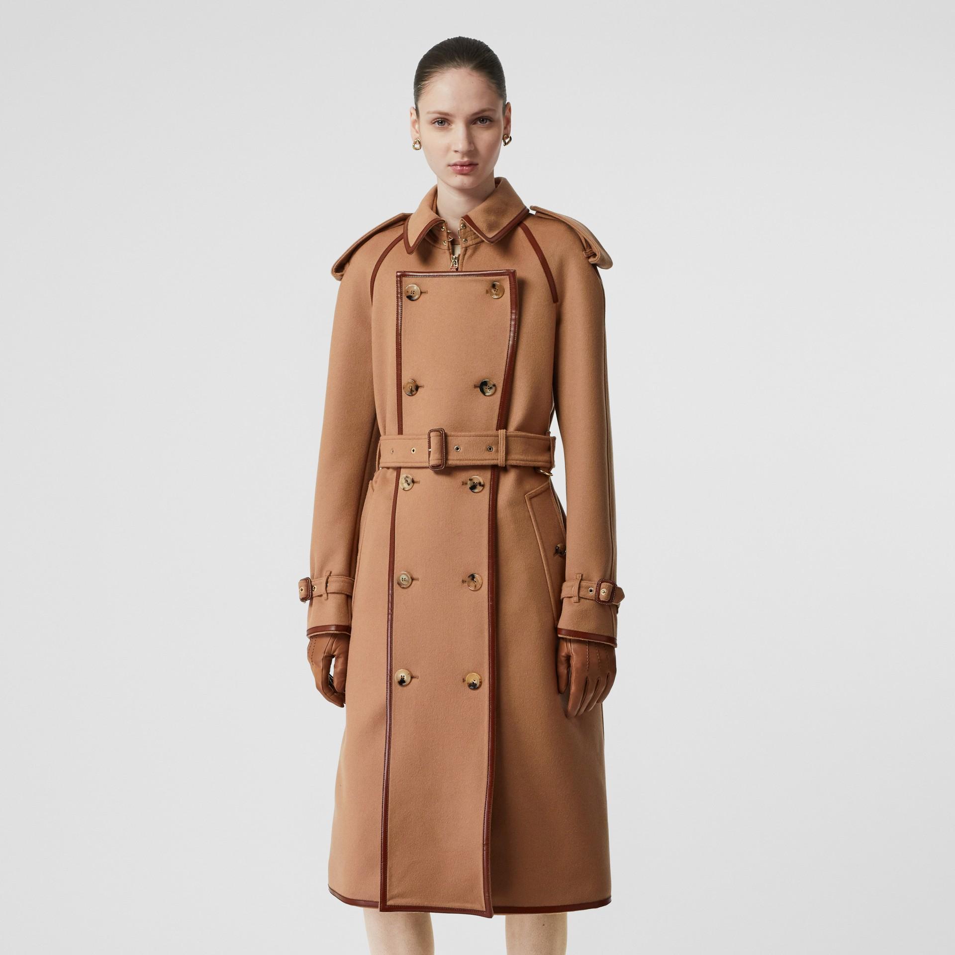 Trench coat em lã e cashmere com detalhe de recorte com botões (Camel) - Mulheres | Burberry - galeria de imagens 6