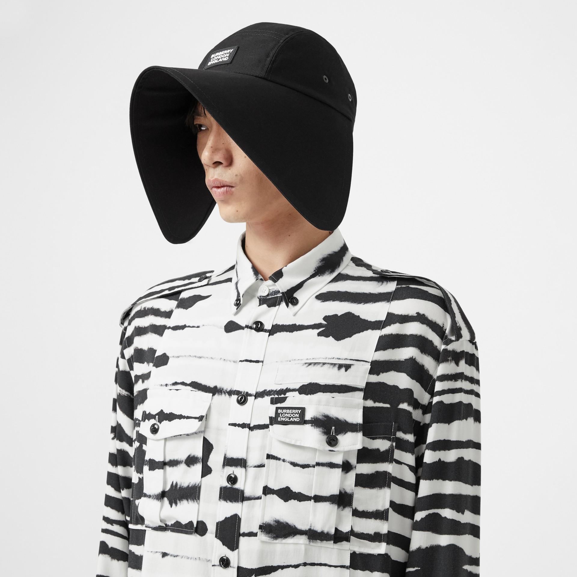 Camisa oversize de sarja com estampa de aquarela e detalhe contrastante (Monocromático) | Burberry - galeria de imagens 5