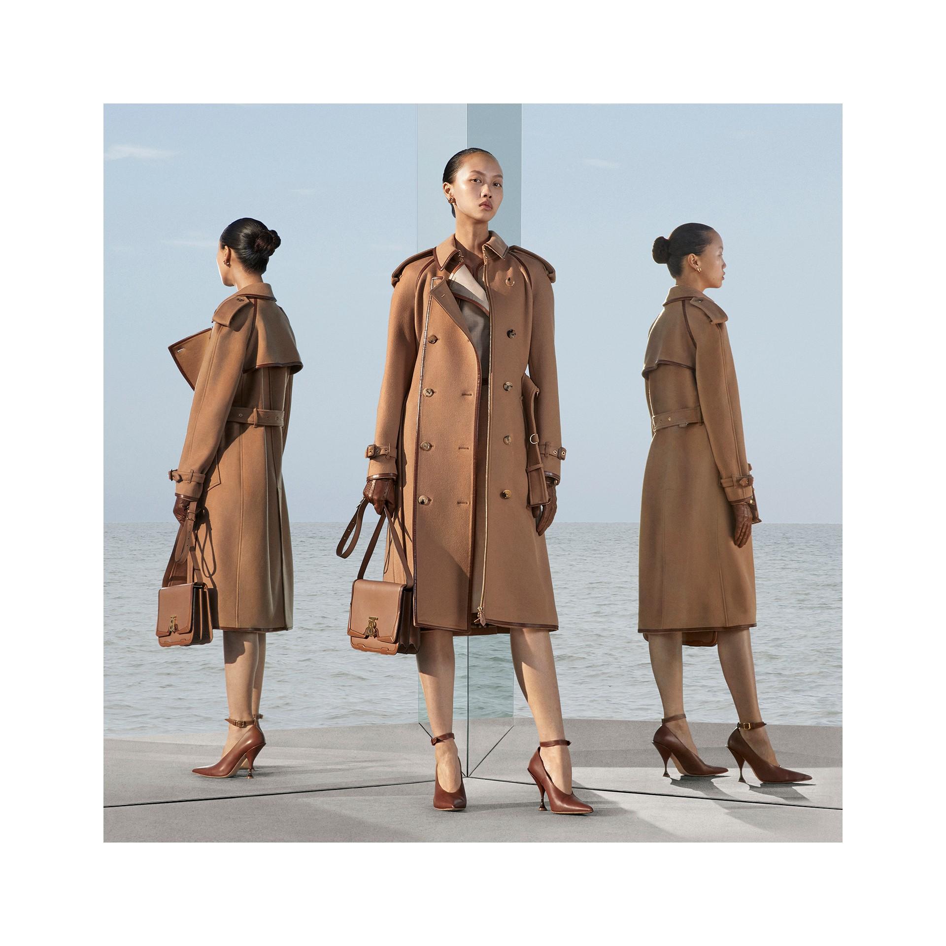 Trench coat em lã e cashmere com detalhe de recorte com botões (Camel) - Mulheres | Burberry - galeria de imagens 8