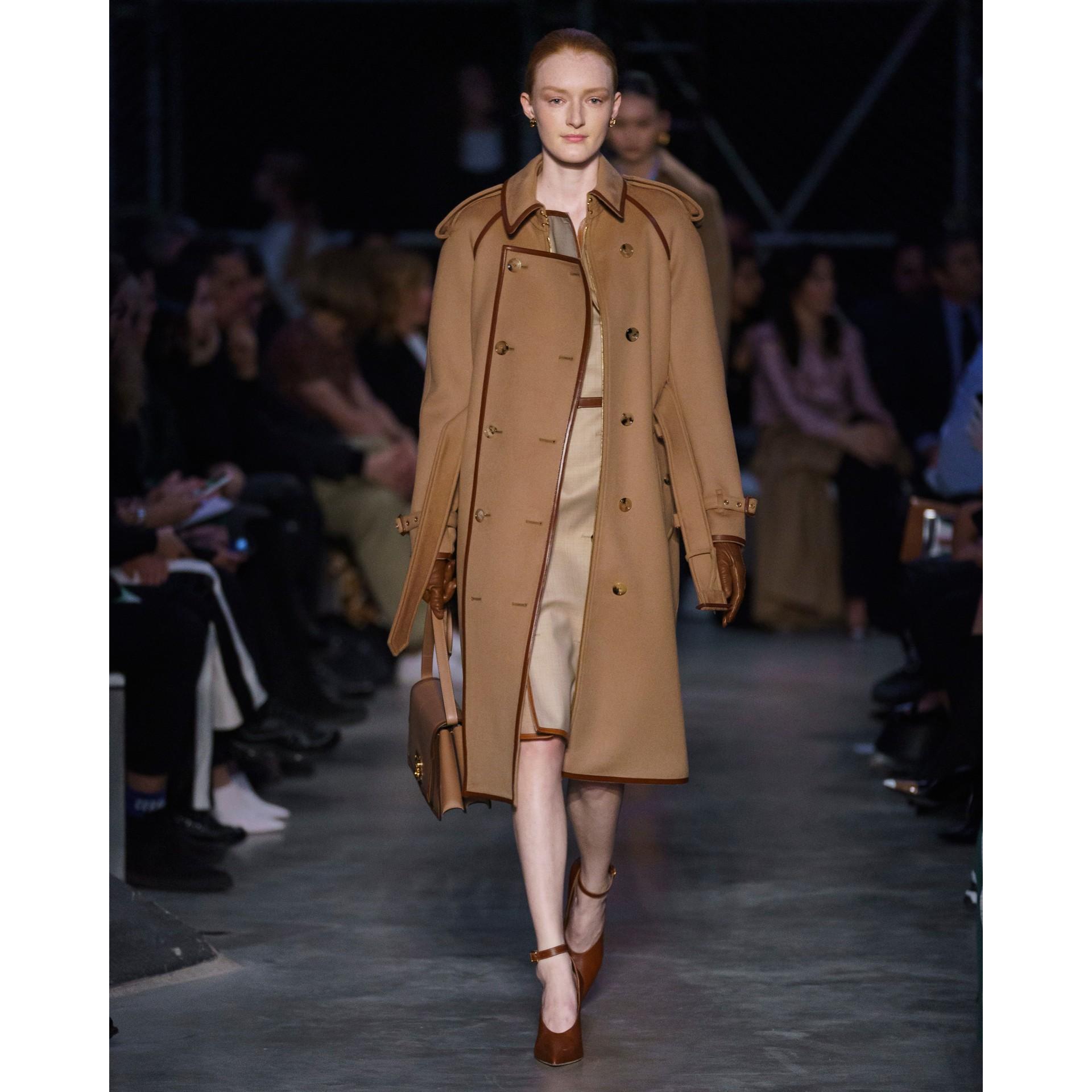 Trench coat em lã e cashmere com detalhe de recorte com botões (Camel) - Mulheres | Burberry - galeria de imagens 9