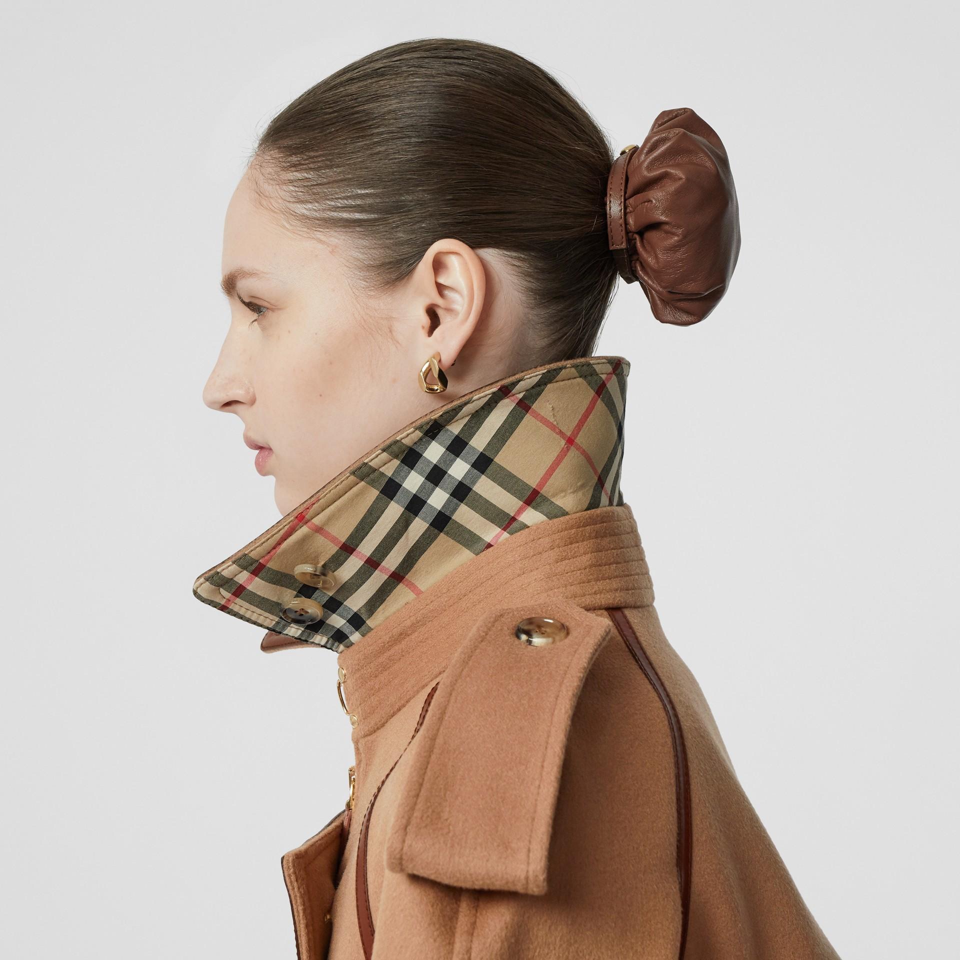 Trench coat em lã e cashmere com detalhe de recorte com botões (Camel) - Mulheres | Burberry - galeria de imagens 5