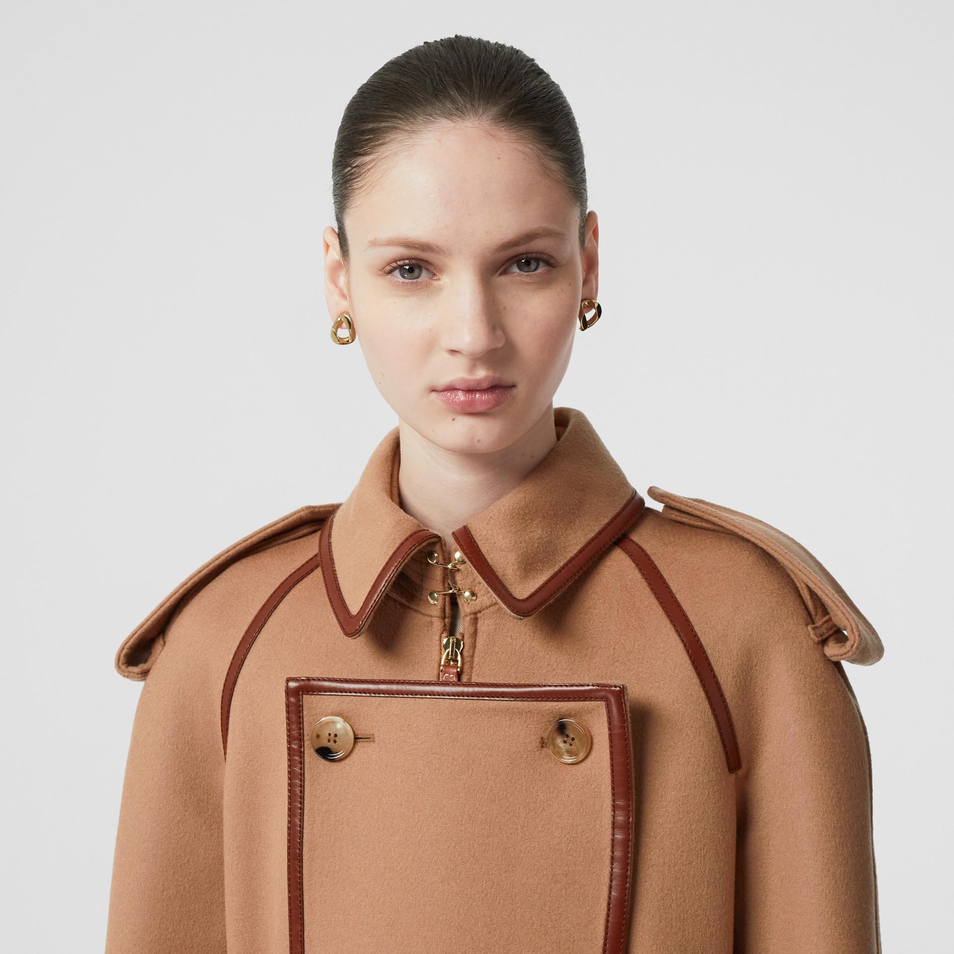 Trench coat em lã e cashmere com detalhe de recorte com botões (Camel) - Mulheres | Burberry - galeria de imagens 7