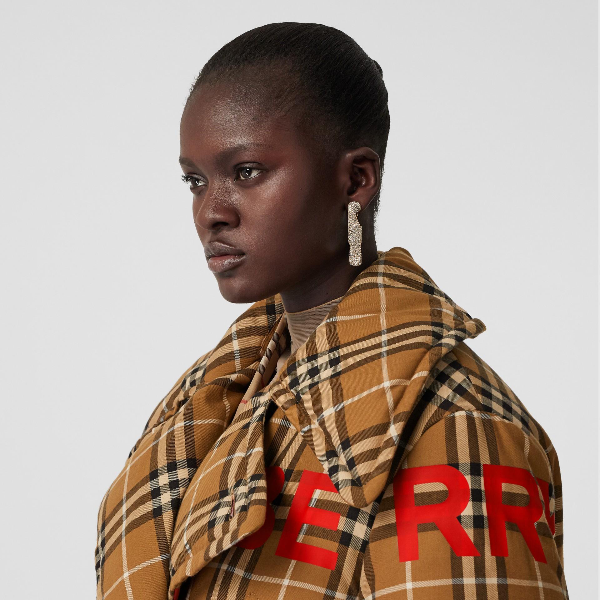 Pea coat oversize acolchoado com estampa Horseferry (Avelã Intenso) - Mulheres | Burberry - galeria de imagens 6