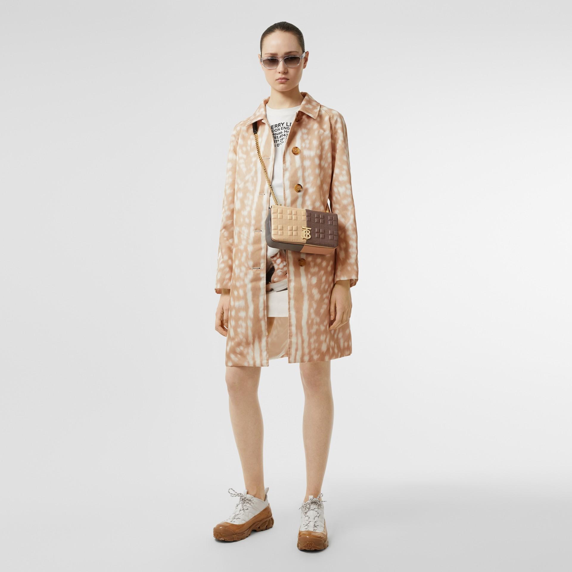 Bolsa Lola de couro de cordeiro em colour block - Pequena (Fulvo Suave/mocha Escuro) - Mulheres | Burberry - galeria de imagens 5
