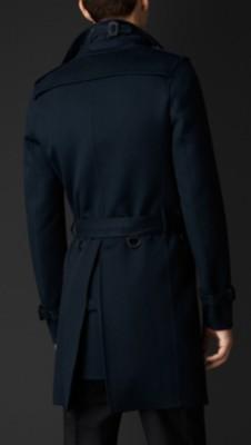 腰部束带和窄版纽扣开襟 传统设计元素包括肩饰,窄版雨挡和袖口束带