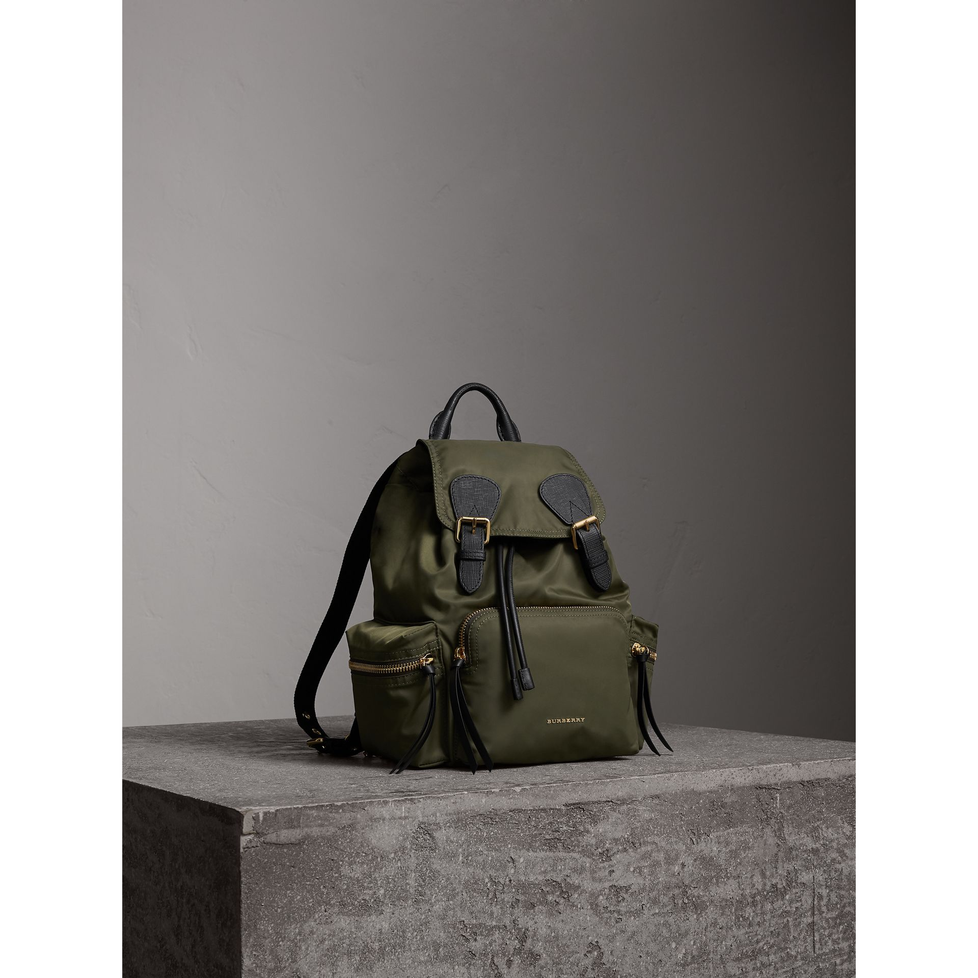 Zaino The Rucksack medio in nylon tecnico e pelle (Verde Tela) - Donna | Burberry - immagine della galleria 8