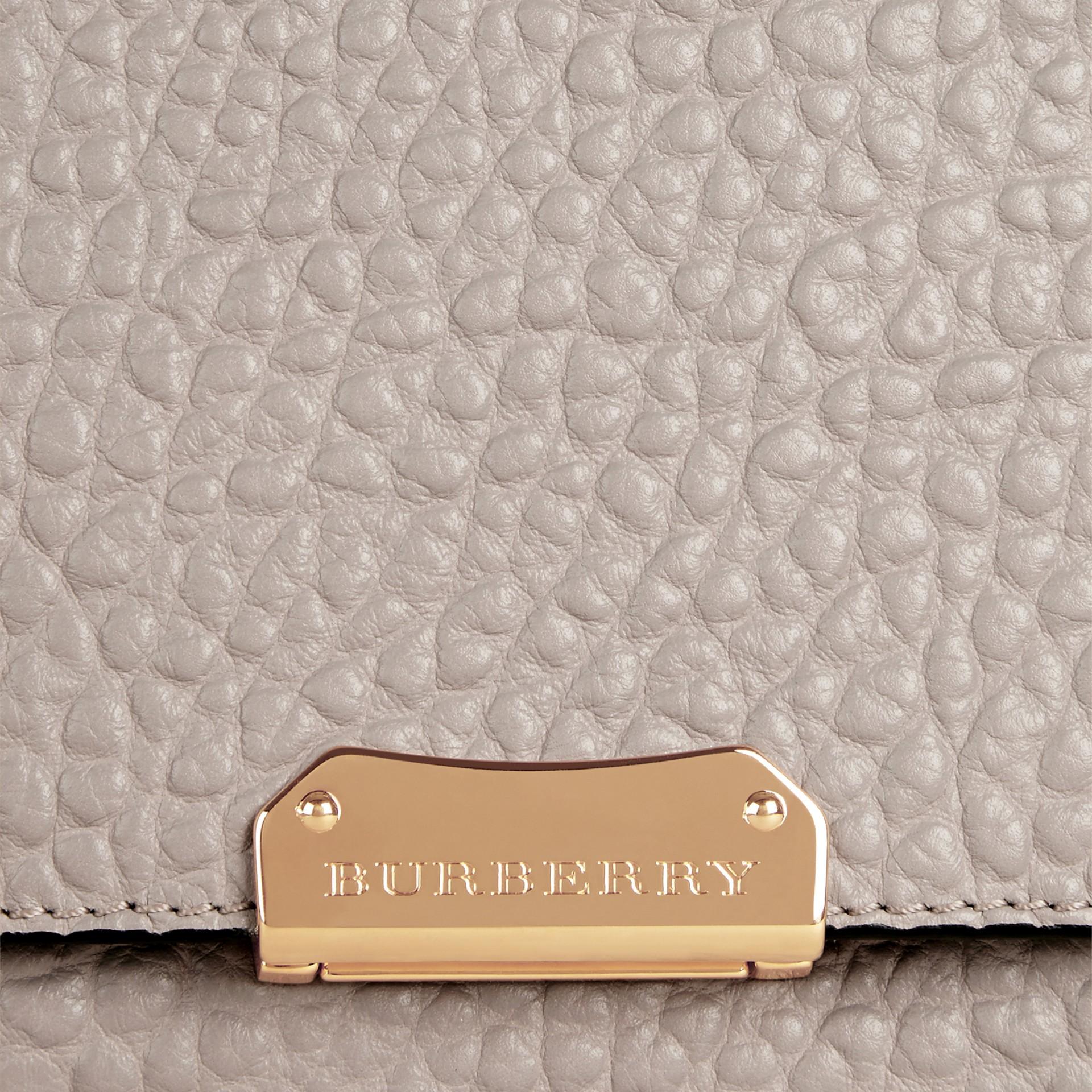 Бледно-серый Большая сумка через плечо из зернистой кожи в стиле Burberry Бледно-серый - изображение 2