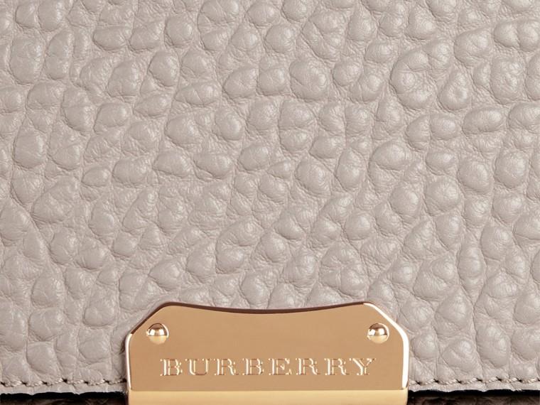 Бледно-серый Большая сумка через плечо из зернистой кожи в стиле Burberry Бледно-серый - cell image 1