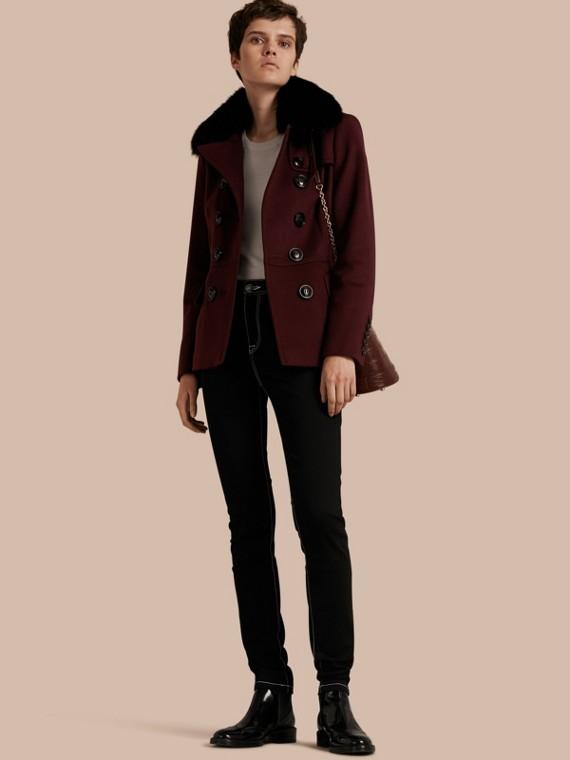 Cappotto a doppio petto in lana e cashmere con collo in pelliccia