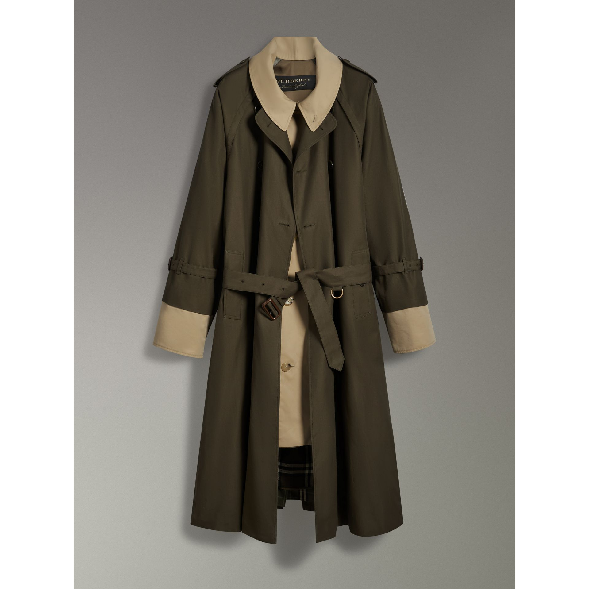 Trench coat in gabardine tropicale (Verde Cachi Scuro) | Burberry - immagine della galleria 3