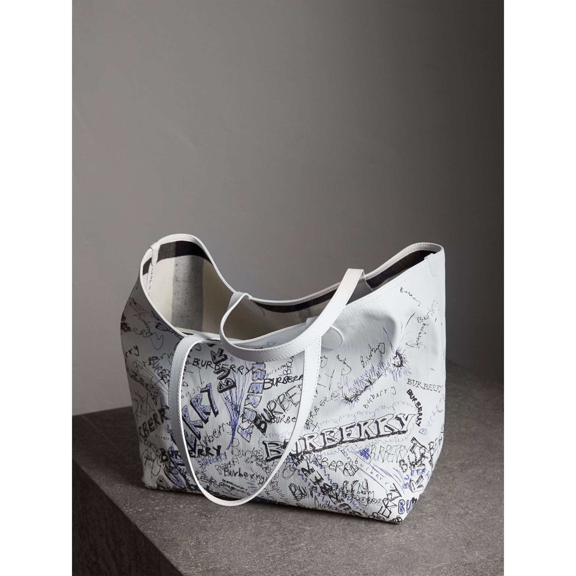 The Large Reversible Doodle Tote in White | Burberry Canada - gallery image 4