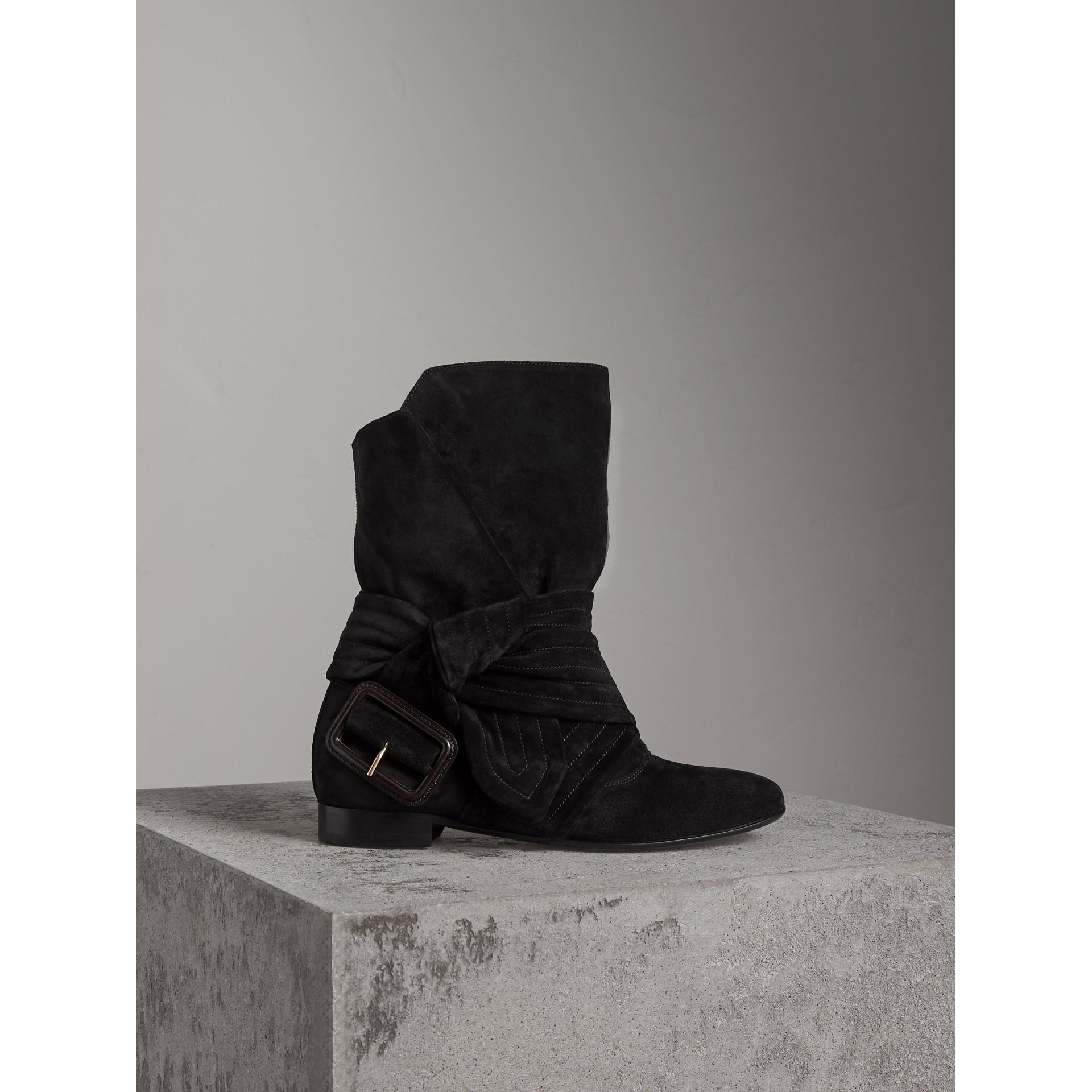 Bottines en cuir velours à détail ceinturé (Noir) - Femme | Burberry - photo de la galerie 1