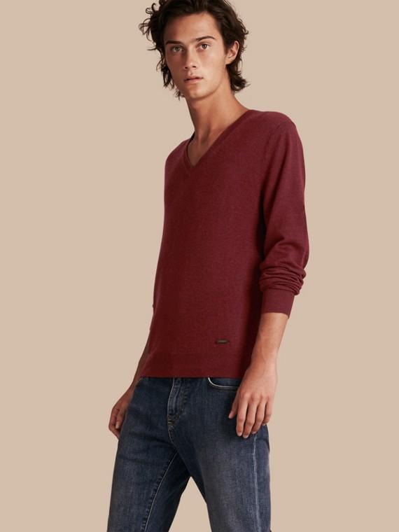 Suéter de cashmere com decote em V Elderberry Escuro